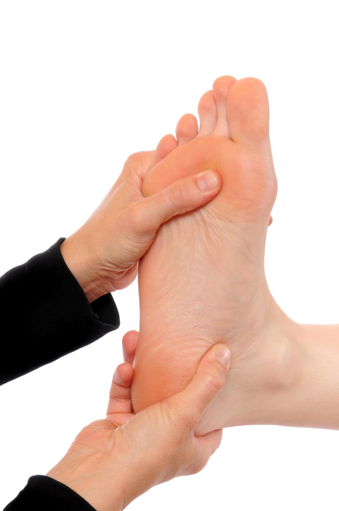 Die Füße einer jungen Frau werden massiert / Pampering of the feet of a young woman
